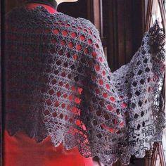 Le stole: un accessorio immancabile negli armadi di noi donne. Perfette in ogni stagione, versatili ed eleganti. Modelli e schemi Crochet Tunic, Crochet Scarves, Crochet Clothes, Easy Crochet, Diy Crafts For Teen Girls, Crafts For Teens To Make, Shawl Patterns, Knitting Patterns, Hooded Scarf