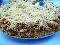 Праздничный слоеный салат с курицей, сыром и сухариками