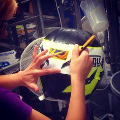 Produzione a mano del casco AGV di VALENTINO ROSSI Handmade Valentino's helmet! Made in Italy , Vr46 Yamaha M1, Monster Energy Drink, MotoGP