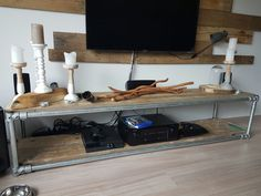 TV meubel van steigerbuizen en buiskoppelingen