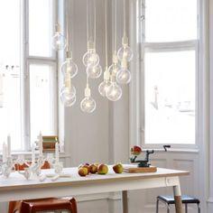Gaaf.. alleen wat mooie peertjes als lamp boven de eettafel. Lampen inspiratie.