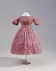 um 1835, Mädchenkleid aus Seide
