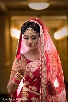 bengali bride makeup style B - makeupstyle Indian Bride Poses, Indian Wedding Poses, Indian Bridal Photos, Indian Wedding Couple Photography, Indian Bridal Outfits, Bride Photography, Photography Ideas, Bride Indian, Indian Wedding Makeup