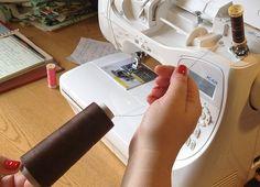 Já aqui partilhamos outras dicas de costura de como pode coser na sua máquina de costura doméstica usando um cone, sem que este esteja semp...