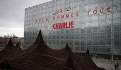 """""""Nous sommes #Charlie"""" sur la façade de l'#Institutdumondearabe à #Paris, en français et en arabe http://www.alterinfo.net/notes/Nous-sommes-Charlie-inscrit-sur-la-facade-de-l-Institut-du-monde-arabe-a-Paris-en-francais-et-en-arabe_b7350126.html #tolérance #laicité"""