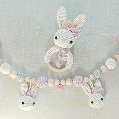 Und nochmal ein paar Häschen für ein kleines Mädchen :-) Auch wieder in der Farbkombi mit grau, rosa und creme, diesmal aber in einer anderen Zusammenstellung. @sharmi1306 #häkeln #kinderwagenkette #rassel #babygeschenk #rosa #handmade