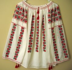 I bought a blouse in Romania back in and wish more than anything I hadn't lost it! Hand Embroidery Flowers, Folk Embroidery, Embroidery Fashion, Embroidery Designs, Embroidery Stitches, Outing Outfit, Bandanas, Folk Costume, Moda Fashion