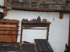 Rodillos, galeras, tipos de madera y lo que parecen botes de tintas y aceites