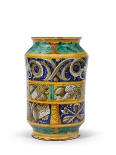 retro ALBARELLO  CASTEL DURANTE, LUDOVICO E ANGELO PICCHI, 1550-1560 CIRCA  Maiolica dipinta in policromia con giallo antimonio, giallo-arancio, blu di cobalto, verde ramina e bistro; smaltatura all'interno.  Alt. cm 20,7, diam. bocca cm 10,4, diam. piede cm 10.