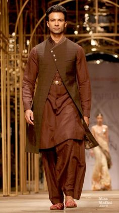 NJ 0079 Tarun Tahiliani. *thumbs up*
