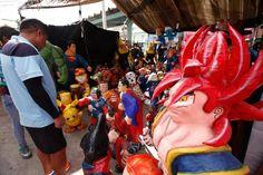 """Monigotes y """"viudas"""" se alistan para despedir al """"Año viejo"""" en Ecuador. Foto: EFE"""