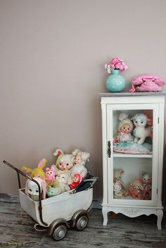 A small medicine cabinet with glass door and a baby-doll stroller is good way to display vintage toys. Baby Doll Strollers, Deco Retro, Doll Display, Collections Etc, Vintage Nursery, Antique Toys, Old Toys, Baby Decor, Handmade Toys