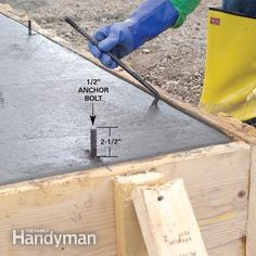 A pro shows you how to build strong forms place a solid slab and trowel a smooth finish Concrete Footings, Concrete Pad, Concrete Forms, Poured Concrete, Concrete Projects, Concrete Formwork, Concrete Structure, Concrete Floor, Arquitetura
