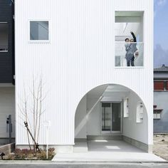 建築物上的開窗巧思,其實是住宅舒適的重要條件喔!屋子能不能通風、被陽光豢養,在於建築師的開窗的思考,這間位在大阪的房子有著可愛的窗戶開口以及可望向天空的天井,雖然內退了使用空間,但卻讓居住品質大大提升了,也因此,樓梯規劃在房子中間,又使用木頭與玻璃替梯間打造小型玻璃屋,悄悄拓展了光的領地。 via 保坂猛建築事務所