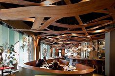 Formas diferentes e um elemento horizontal fascinante em um lugar que quase ninguém repara, o teto - Restaurante Ikibiana. Barcelona