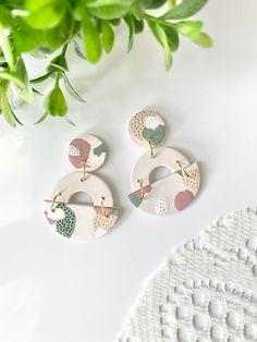 Diy Earrings Polymer Clay, Cute Polymer Clay, Polymer Clay Creations, Polymer Clay Crafts, Handmade Polymer Clay, Earrings Handmade, Clay Design, Biscuit, Statement Earrings