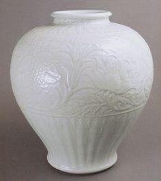 板谷波山(Hazan Itaya)'氷華磁瑞華彫文花瓶'(1926年)