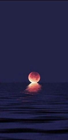 la luna sobre la línea del mar, con un color rojo de sangre #luna #roja # mar