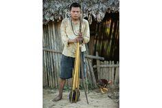 【時事 current events】 自作の弓矢を持つアライン・ノンチョポポ・チョゴタロ・アスーソ。マチゲンガ族は現在、銃の使用を禁じる国立公園のルールに従っている。 Photographs by Charlie Hamilton James