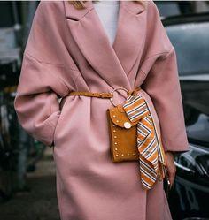 Autumn/Winter: Pink oversized coat belted with mustard suede cross body / Mehr … - Women Fashion Oversize Mantel, Oversized Coat, Fashion Week, Winter Fashion, Fashion Trends, Nordic Fashion, Fashion Bloggers, Street Fashion, Womens Fashion Online