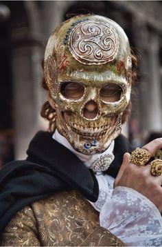Carnevale di Venezia 2013 skull mask for masquerade Alternative Kunst, The Mask Costume, Costume Venitien, Mode Steampunk, Venetian Masks, Venetian Masquerade, Venetian Costumes, Lace Mask, Skull Mask