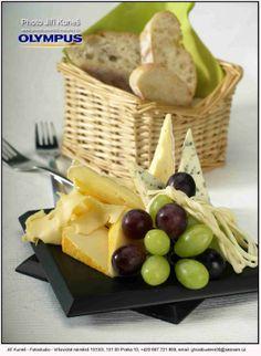 výběr sýrů s hroznovým vínem