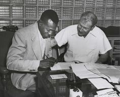"Leroy ""Satchel"" Paige signing a contract with St. Negro League Baseball, Pro Baseball, Baseball Players, Jackie Robinson, Thanks For The Memories, Cardinals Baseball, African American History, Historical Society, Worlds Of Fun"