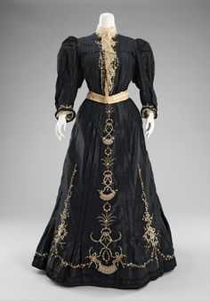Dinner dress, 1890-1895. From the Metropolitan Museum of Art.