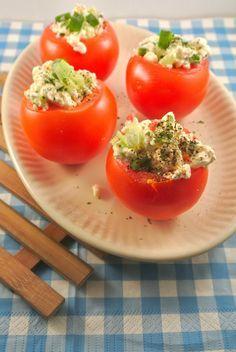 Gevulde tomaten met hüttenkäse, bosui, rode peper en komkommer