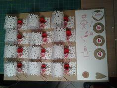 12 portatovaglioli realizzati con la Fiskars, fustella dei fiori tridimensionali, nastri, timbri per BBQ