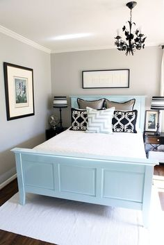 Colored headboard, simple linens: different and genius!
