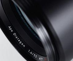 Otus 1.4/55 | ZEISS 日本 ZEISS Otus 1.4/55 本物をあなたの手に  絞り開放から画面隅々まで抜群の性能を発揮し、目を見張る細部ディテールと高いコントラストが冴えるポートレート。 ZEISS Otus® 1.4/55は妥協を排し、これまでのツァイスが積み重ねてきた1世紀にわたる光学・技術の粋を集めて開発されました。  このレンズは従来のレンズ設計につきまとっていたあらゆる常識を打破して誕生し、歪曲収差や色収差など、考え得る弱点をほぼすべて克服しています。 開放から画面全体で高コントラストを実現しているため、このレンズは最新のデジタル一眼カメラと組み合わせた際に、まるで中判カメラで撮影しているような映像を撮影できます。自然光かスタジオ撮影かを問わず、ZEISS Otus 1.4/55は現時点で世界最高のレンズと言えるでしょう。