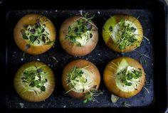 Den kan være sterk. Den kan være søt. Det finnes knapt en matrett som løken ikke beriker. Baked Potato, Potatoes, Baking, Ethnic Recipes, Food, Potato, Bakken, Bread, Meals