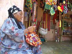 Nativa wayuu, tejiendo las mochilas o bolsos.