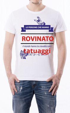 T-Shirt uomo con frase: La gente che ha rovinato questo mondo ha la cravatta non i tatuaggi. Maglietta bianca con stampa digitale diretta, grafica stampa in quadricromia.