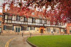 Medieval building in York in the Autumn - lovely red leaves © Shutterstock / Andrzej Sowa