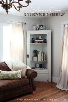 Klasse Idee aus einer alten Tür ein Bücherregal selber bauen für eine ungenutzte Ecke im Zimmer
