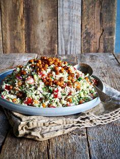 Blomkålsalat med ristede kikerter Vegetable Dishes, Food Inspiration, Cobb Salad, Fodmap, Nom Nom, Food And Drink, Pizza, Vegetarian, Favorite Recipes