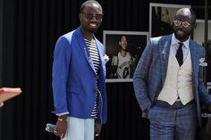 O pin na lapela do blazer mostra a diferença que um acessório pode fazer em um look masculino. Flagra nas ruas próximas à Pitti Uomo.