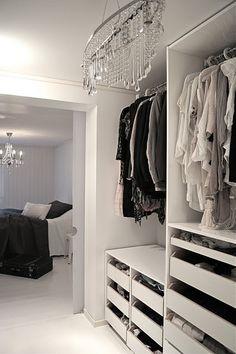 Garderobeløsninger og walk-in closet – Wardrobe Room, Wardrobe Drawers, Glam Closet, Butterfly Room, Walking Closet, Wardrobe Design, Queen, Organizing Your Home, Home Bedroom