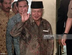 Former Indonesian President Suharto, Center, Waves To Journalists Upon Arriving At The National Police Headquarters In Jakarta, Indonesia, Wednesday, June 2, 1999. Suharto, Who Was Forced To Resign Amidst Riots, Student Protests, And A Crippling Economic Crisis In May 1998, Is Currently Facing Investigation Regarding Corrupt Business Dealings During His 32 Years As President.