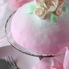 Prinsessakakku vaniljakiisselitäytteellä, jossa on kermavaahtoa. Pehmeän vaniljan rinnalle sopivat raikas vadelmahilloke itse tehtynä ja sitruunakostuke. Vanilla Cake, Desserts, Food, Tailgate Desserts, Deserts, Essen, Postres, Meals, Dessert
