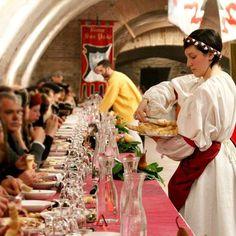 @rionesanpaolo #rinascife2016 Cena a Corte nel Carnevale Rinascimentale a #Ferrara. L'ambientazione nell'antica Ferrara getta un ponte ideale tra passato e presente. Si potrà così tornare al tempo della Corte Estense, con i suoi fasti, alla sua vita cortigiana e cavalleresca. Info e prenotazioni su http://www.rionesanpaolo.com