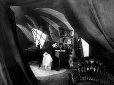 Still uit Das Cabinet des Dr. Caligari (1920) Robert Wiene. Een surrealistisch, vervreemdend uit wat velen de eerste horror film beschouwen. Door het de onnatuurliijke locatie en het ontbreken van rechte lijnen wordt een angstjaagend beeld geschapen.