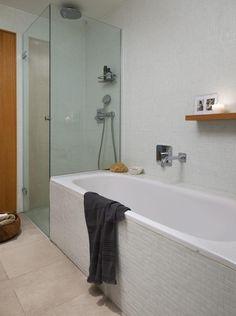 UTVIDET. Badet ligger omtrent midt i leiligheten og har skyvedører i hver ende, slik at man kan gå tversgjennom. Etter utvidelsen er det blitt plass til både dusj og badekar, mens leiligheten har separat toalett.Flisene er kjøpt hos Fagflis, og håndkleet er fra Bolina.
