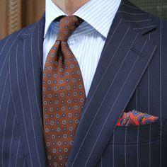 Braune Krawatte mit Blumenmuster.