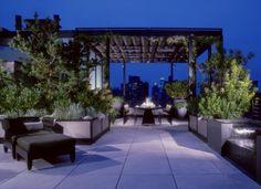 terraza con comedor y pérgola