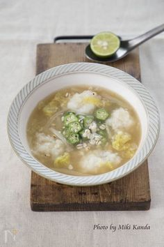 胃腸の調子がよくないとき、食欲がない時、疲れている時などおすすめなスープです。  山芋は生薬としても用いられ、お腹の調子をととのえ、気(エネルギー)を補います。オクラは滋養強壮にきき、消化を高め、血の巡りもよくします。白菜はお腹をととのえ、余分な水分を排出する作用があります。はと麦は余分な水分や毒素を排出する効果があります。すだちは滞った気を巡らす効果があるといわれます。