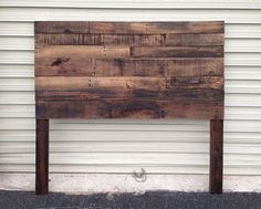 Made from reclaimed pallet wood Sustainable, it works beautifully in a modern environment Cleaned, sanded to be smooth to the touch, and - DIY Project Idea Pallet Projects, Home Projects, Pallet Ideas, Wood Pallets, Pallet Wood, Pallet Benches, Pallet Tables, Pallet Bar, Outdoor Pallet