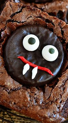 Easy Minty Fudge Vampire Brownies start with your favorite brownie mix or recipe and are sure to please the kids and adults alike, perfect for Halloween. Entree Halloween, Fun Halloween Treats, Halloween Appetizers, Halloween Stuff, Halloween Party, Halloween Goodies, Halloween Desserts, Fall Treats, Halloween Kids